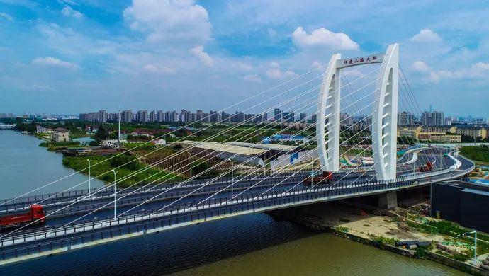 """宝山""""帆船大桥""""开始摊铺沥青,明年可具备通车条件!_政务_澎湃新闻-ThePaper"""