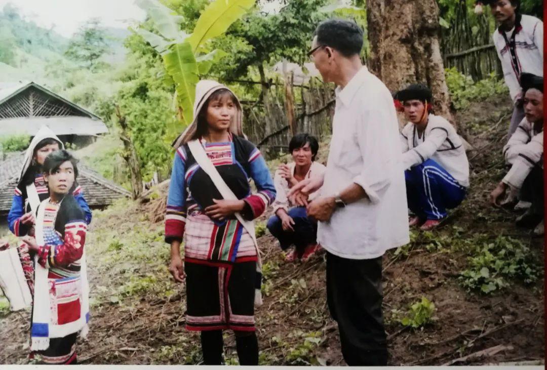 在基诺族村寨调查