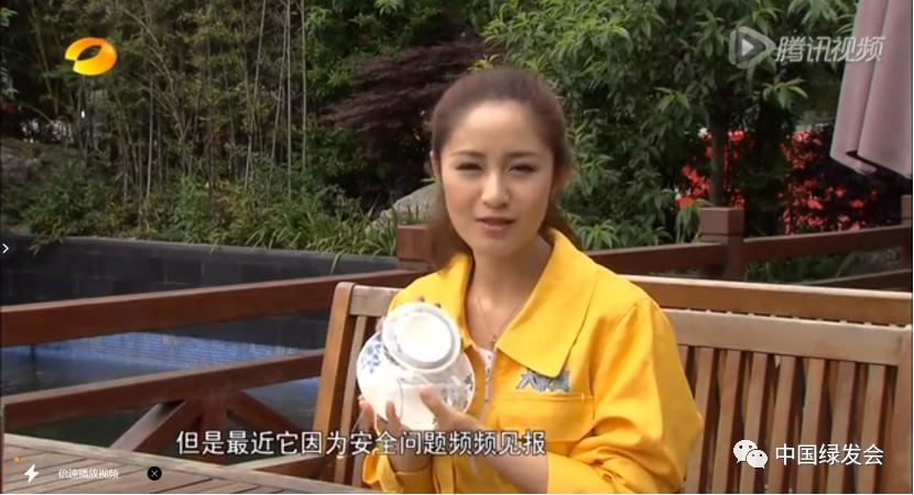 """图2:湖南卫视接到餐厅进货商刘女士举报,""""康源""""消毒餐具作为其供货商,卫生问题频出,且多次协调无果。来源:湖南卫视/腾讯视频"""