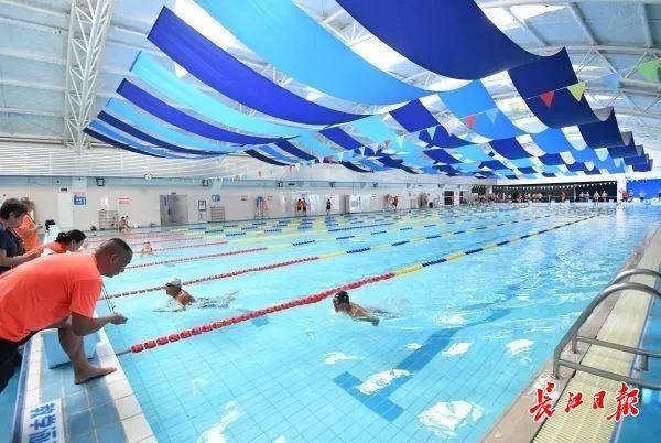 """百名""""水中好手""""激烈比拼,武汉人喜爱的游泳比赛来了_政务_澎湃新闻-ThePaper"""