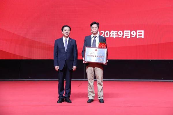 大学党委书记宫福清为我院副院长高兴华颁奖