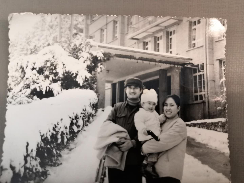 """笔者和父母在""""我们厂""""的办公大楼前(1984年2月)"""