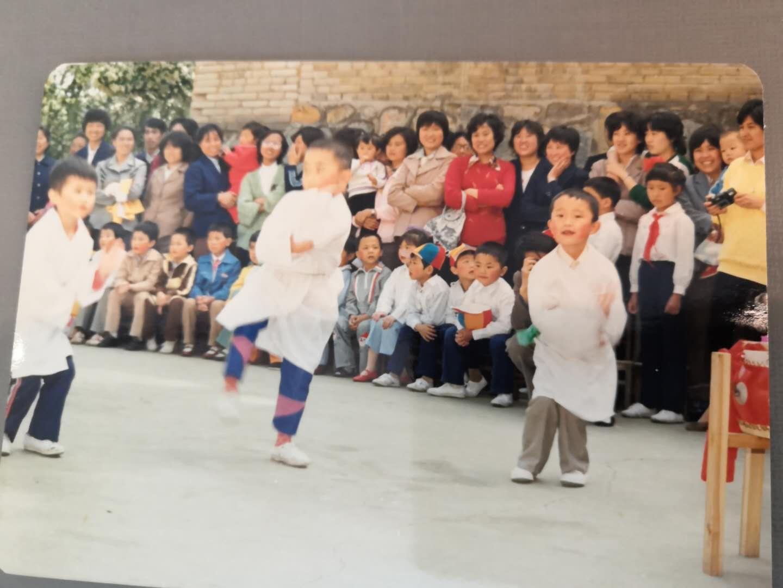"""""""我们厂""""幼儿园毕业演节目 右边是笔者,左边是孩子的父母来自上海,中间孩子的父母来自贵州。 笔者的父母是山东人(1988年夏)"""