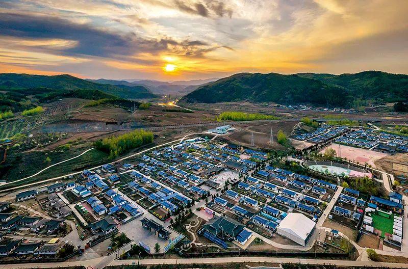 各地因地制宜,通过易地搬迁、农村旧房改造、基础设施建设升级等工程,改善农村群众居住条件,逐步提升农村生产生活环境。这是吉林省延边朝鲜族自治州和龙市西城镇金达莱民俗村的朝鲜族民居(5月7日摄) 许畅摄