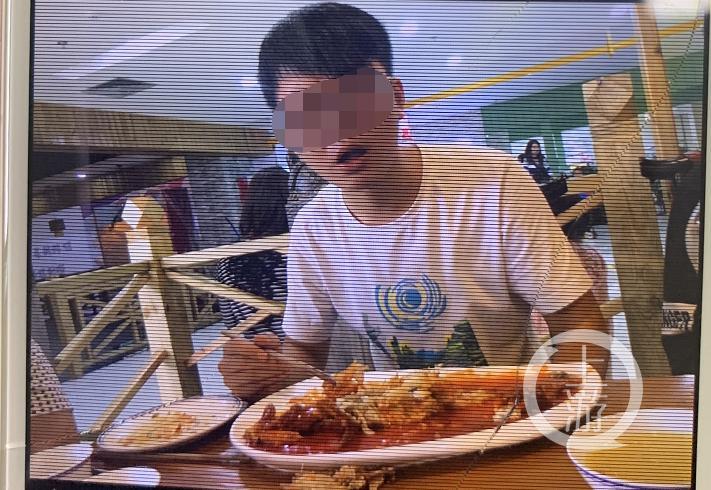 王浪母亲手机上始终存在儿子的照片,她坚信儿子的行为系正当防卫。/上游新闻记者 贾晨