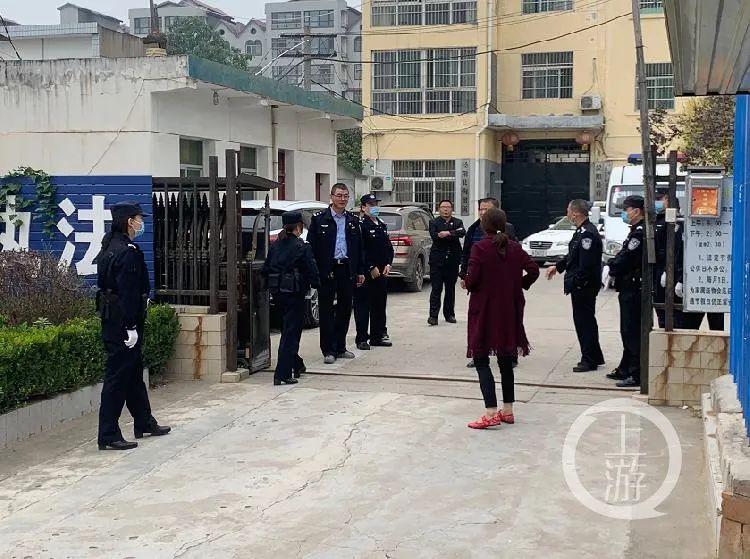 9月25日,得知儿子改判五年有期徒刑后,王浪的母亲情绪十分激动。/上游新闻记者 贾晨