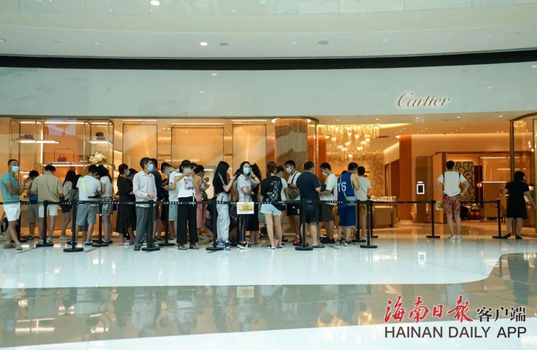 游客在三亚国际免税城排队有序进店购物。海南日报记者 武威 摄