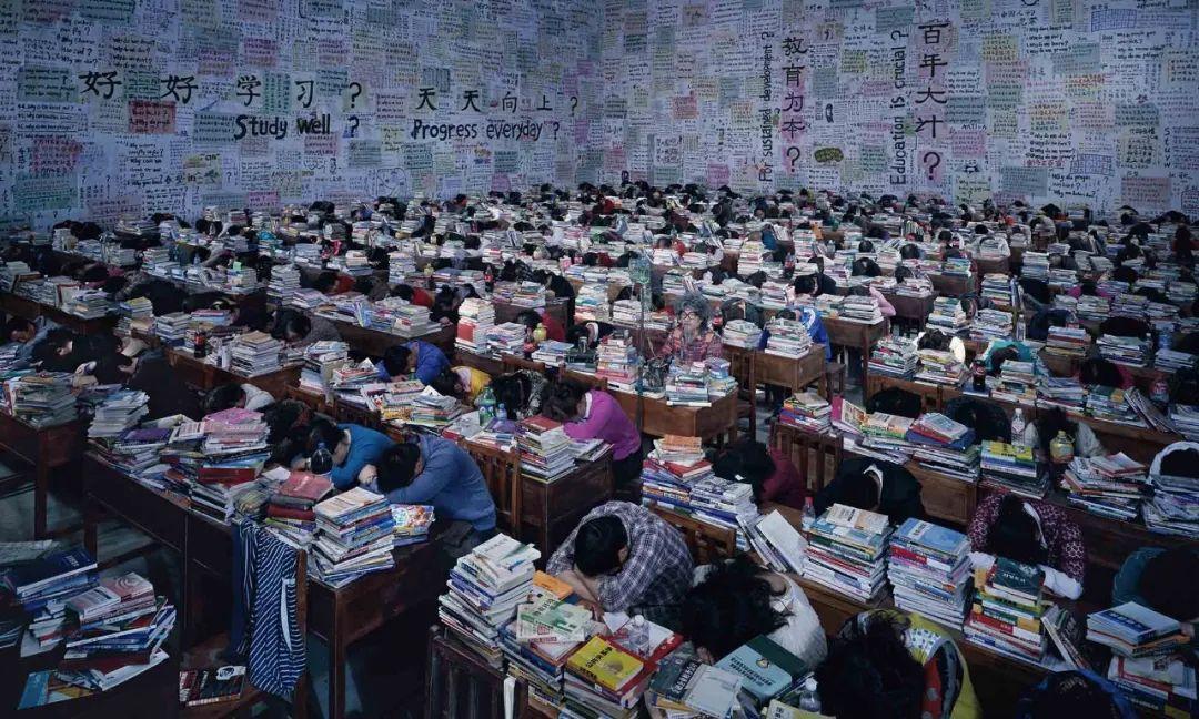 王庆松:大繁至简,以摆拍回应社会巨变