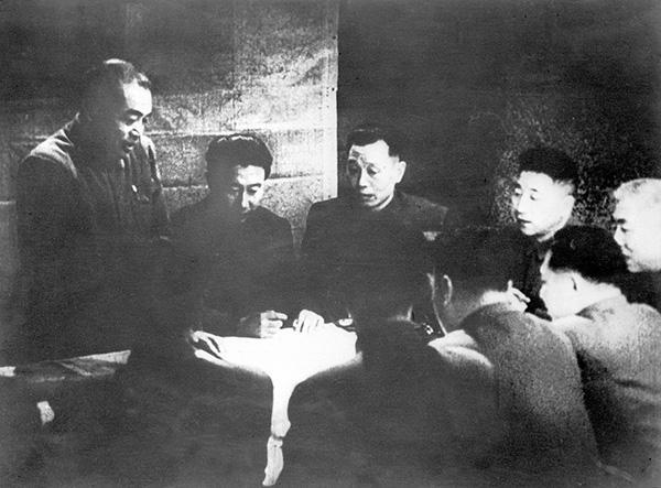中国人民志愿军司令员彭德怀(左一)在朝鲜前线主持作战会议,部署作战计划。图|新华社资料照片