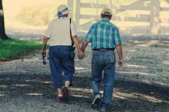 89岁丈夫和妻子手搀手去离婚,他拿出所有存款和法官说:全给她…
