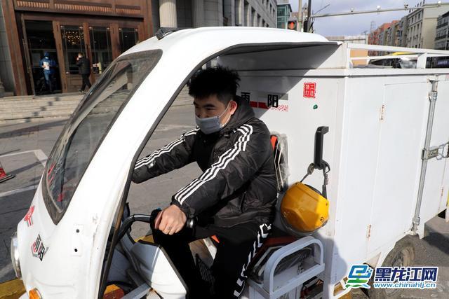 """头盔""""戴""""在车箱上为抢时送餐哈市交警取缔违法电动车辆_媒体_澎湃新闻-The Paper"""