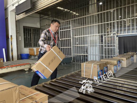 运送药品。华龙网-新重庆客户端记者 周盈 摄