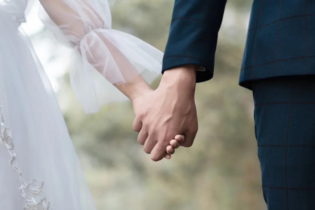 口罩案牵出离奇重婚案!四场婚礼都是戏?亲友大半是群演?