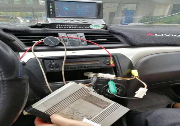 出租车计价器上外接了一个黄色电子元器件。市市场监管局供图华龙网-新重庆客户端发